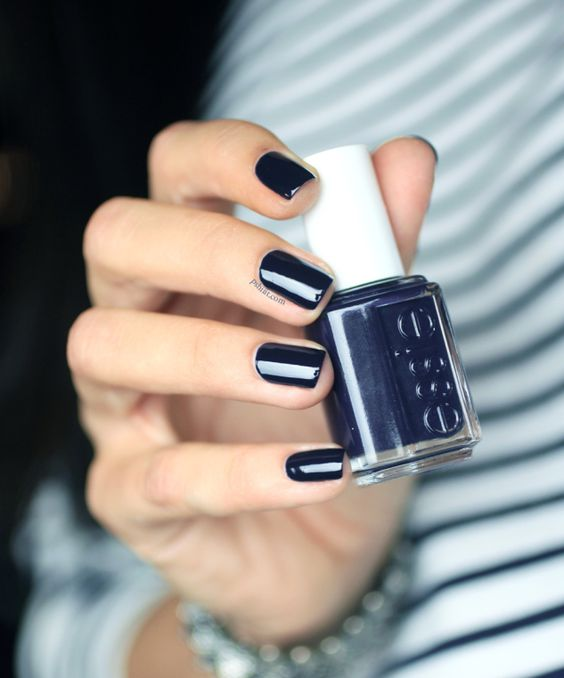 navy-blue-nail-polish2